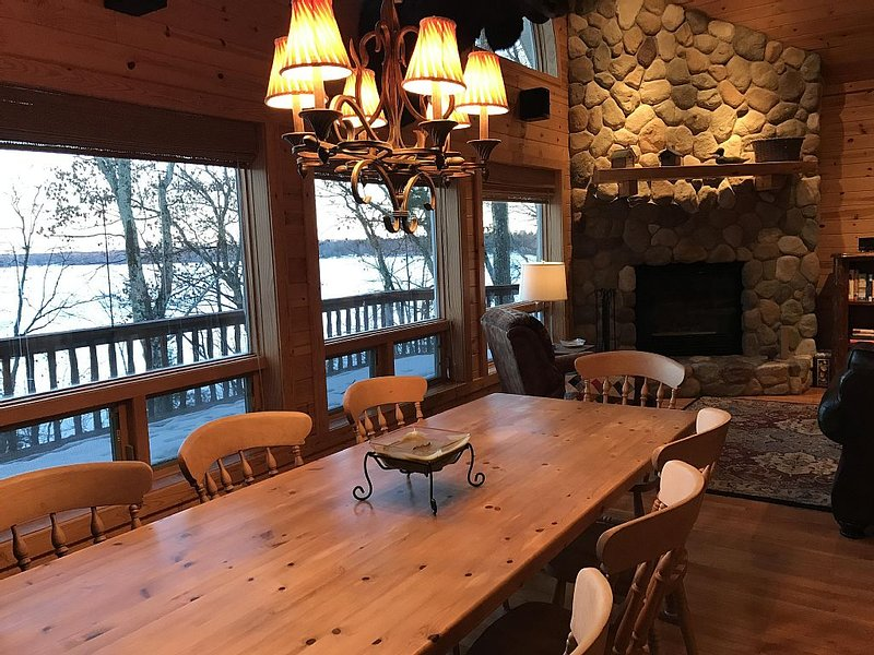 Spacious 4BR/4BA Lake Home in the Pines, location de vacances à Springbrook