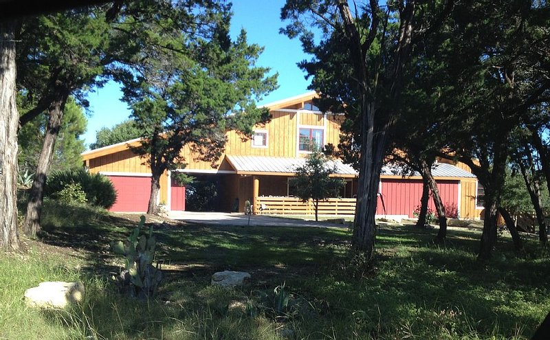 Treetop Ridge/Contemporary Log Cabin, holiday rental in Laguna Park