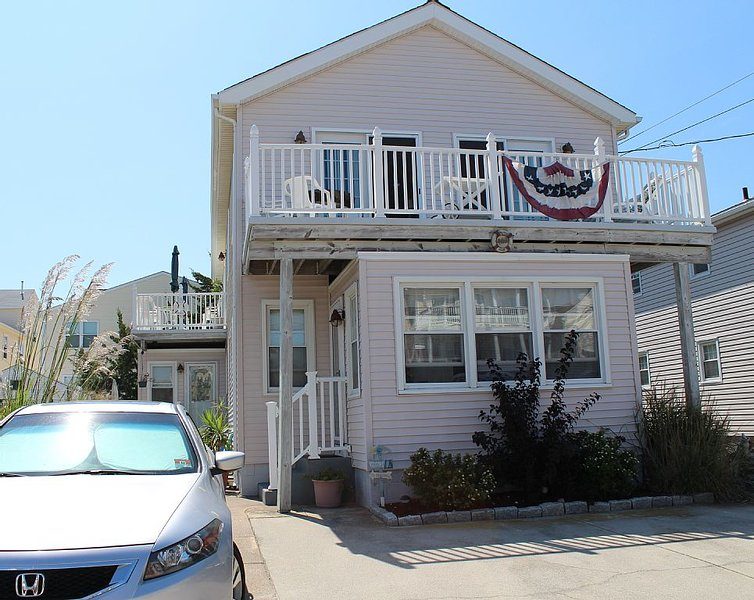 North Wildwood Townhouse, One Block To The Beach. Ocean Views From Deck., holiday rental in North Wildwood