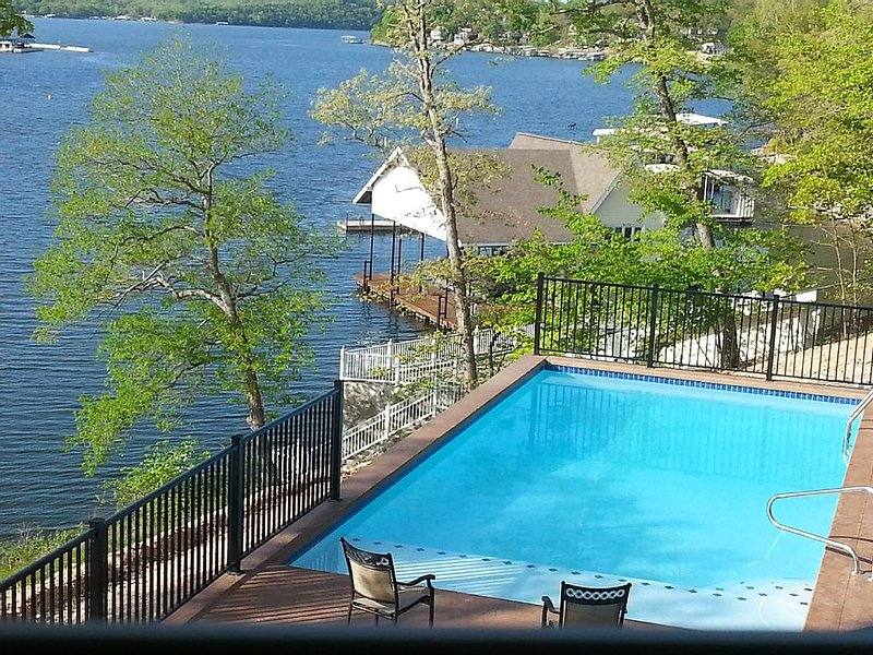 Beautiful View Private Pool 5 Bedroom House in Quiet No Wake Cove. 2 Boat slips, vacation rental in Camdenton