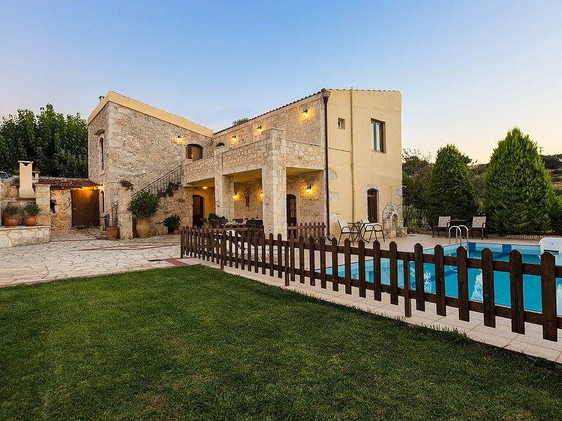 Traditional Villa with 4 Bedrooms, Fenced Pool and Amazing Gardens!, holiday rental in Meronas