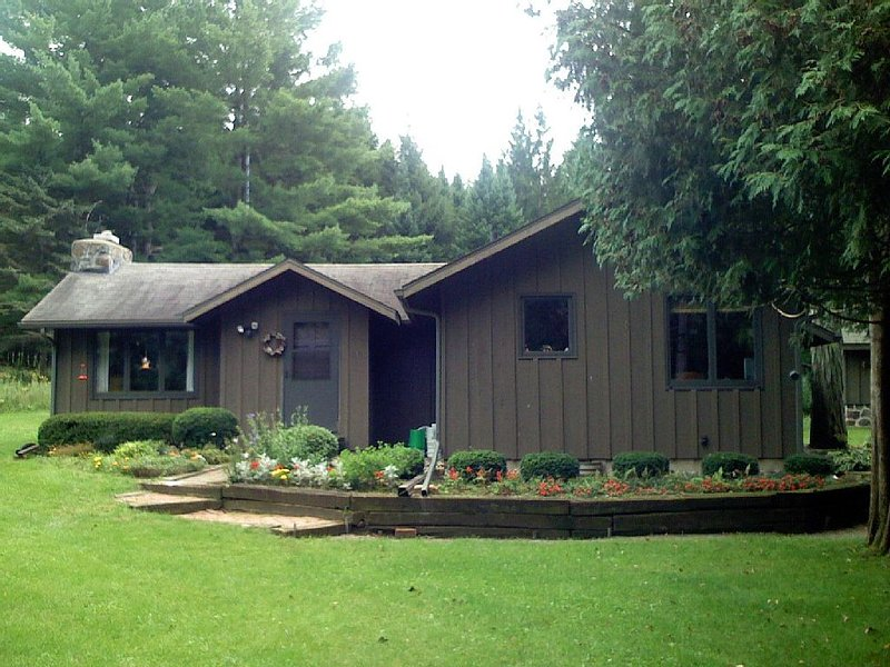 Secluded home w cabin. Unique Nature Preserve on 250 Private Acres. Pet friendly, location de vacances à Westfield