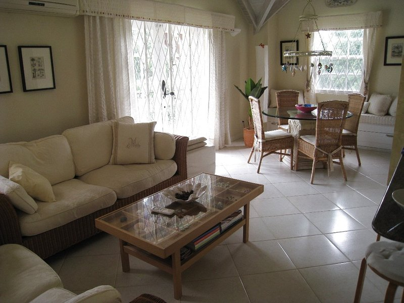 Upscale South Coast Holiday Apartment with Pool at Springcourt, Rockley, casa vacanza a Rockley