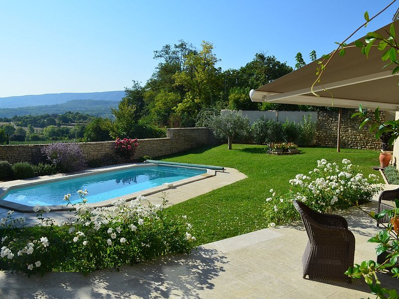 Luberon, Goult: Superb village house with views, heated pool and garden, holiday rental in Saint-Pantaleon