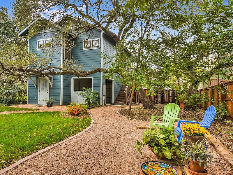 Private, Romantic Garden House built in 2015! 1.5 mi Walk Downtown, Zilker Park!, alquiler de vacaciones en Austin