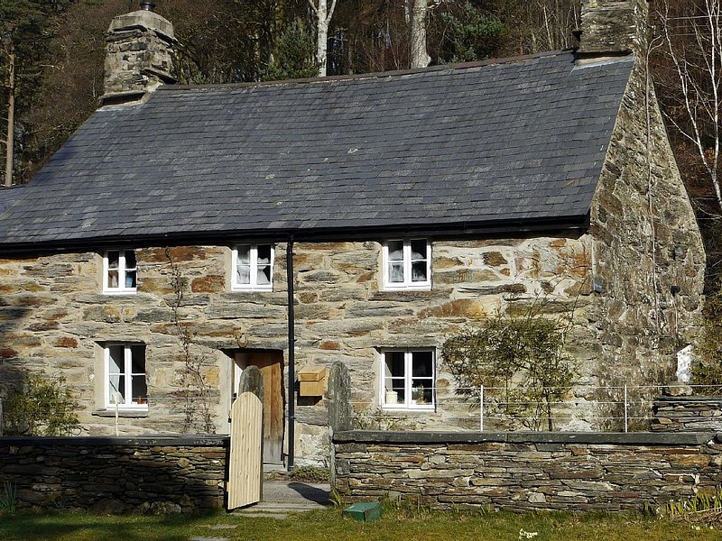 Romantic, 17c Listed Stone Cottage On Edge Of Lake In Ancient Oak Woodlands, vacation rental in Gellilydan