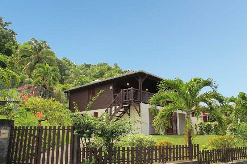 Villa martiniquaise authentique et confortable avec piscine, à 400m de la plage, holiday rental in Sainte-Anne
