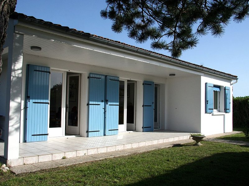 Villa 125 m2  charme, espace, confort, calme  3 ch - 2 SdB, holiday rental in Royan
