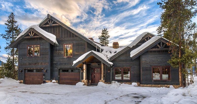 Ultra Luxe 7000 Sqft Winter Park Cabin, vacation rental in Fraser