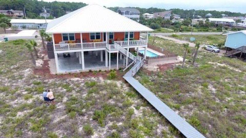 Polka Dot Bikini. Beachfront Home 4Bd/4bath. Max Occupancy 10, location de vacances à Eastpoint