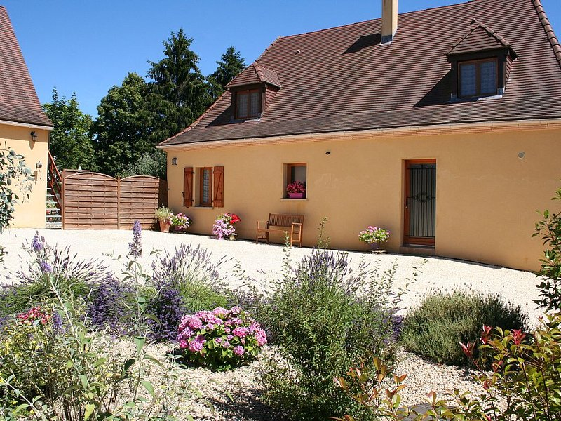 Dordogne Newly Built Four Bedroom House With Private Pool, Quiet Location., location de vacances à Saint-Chamassy