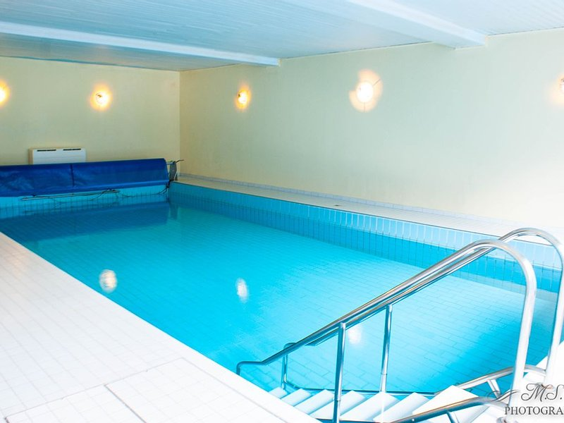 Hallenbad, 5 Schlafz., 4 Badez., Wohn- Esszimmer und eine Küche, holiday rental in Zorge
