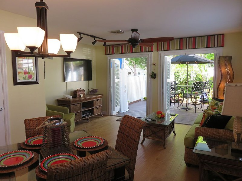 Majestic Escape near Duval!  Pool, wifi, renovated 2/2 1/2, private courtyard., Ferienwohnung in Key West