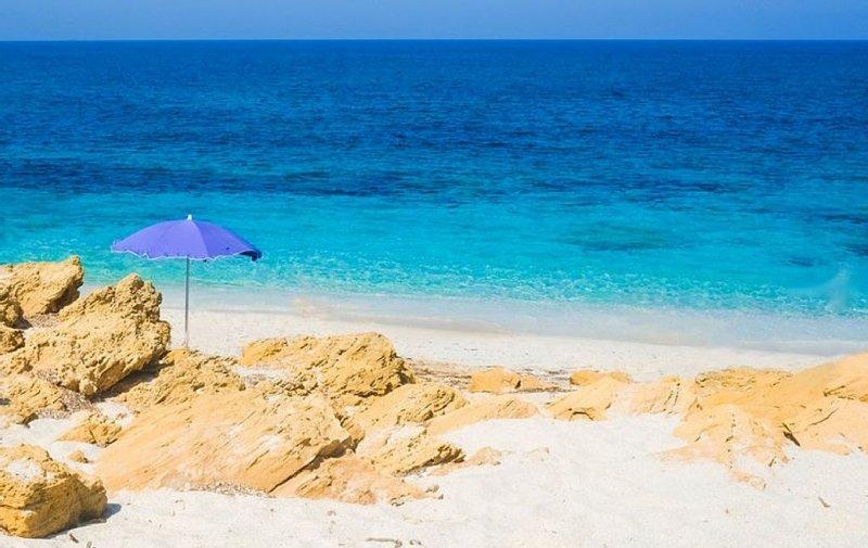 Economica Eden Beach a ridosso della spiaggia per 6/8 persone con giardino, holiday rental in Sennori