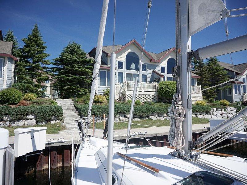 Lake Michigan is just a short walk from this Condo w/ Harbor Views!, aluguéis de temporada em Free Soil