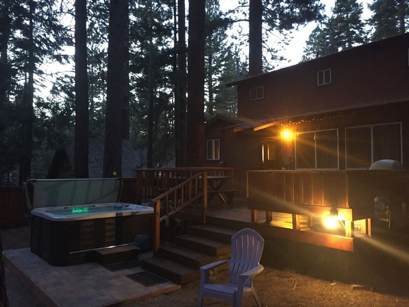 Tahoe King * Dog-Friendly * Large Enclosed Backyard with Deck BBQ and Hot Tub, alquiler de vacaciones en Kings Beach