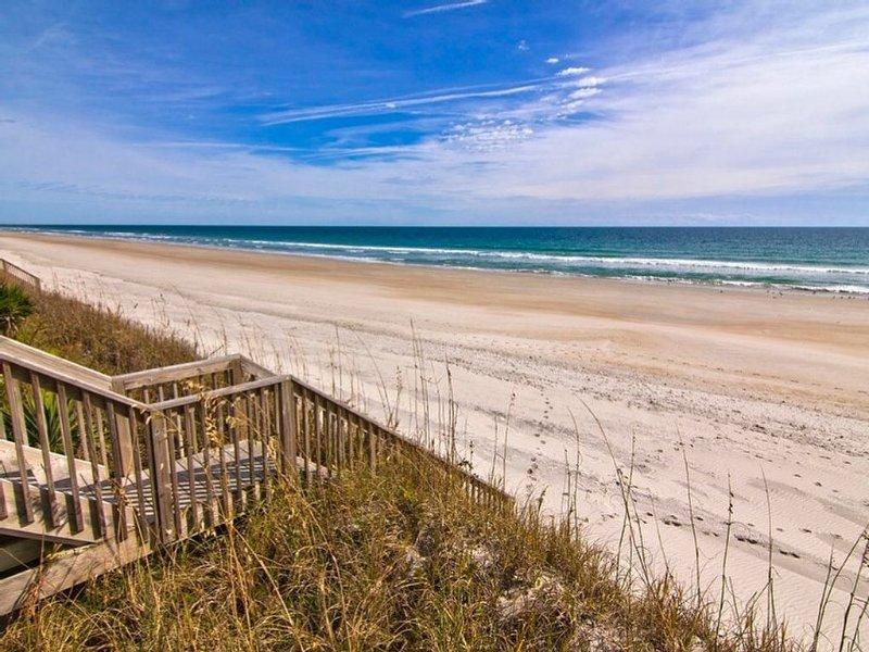 La spiaggia è ampia, bella, mai affollata, ed è a soli 650 piedi dalla casa!