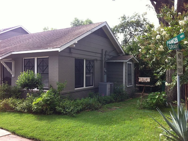 Popular Montrose Bungalow Home, holiday rental in Houston