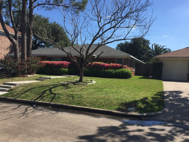 A 2 MINUTE WALK TO NRG STADIUM PARK!  5 MINUTE DRIVE TO TEXAS MEDICAL CENTER!, vacation rental in Houston