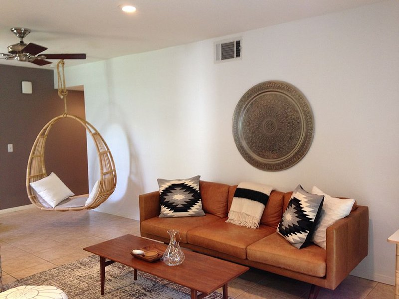 Modern & Fresh 2 Bedroom Poolside, Tennis ~Mountainback South Palm Desert, alquiler de vacaciones en Palm Desert