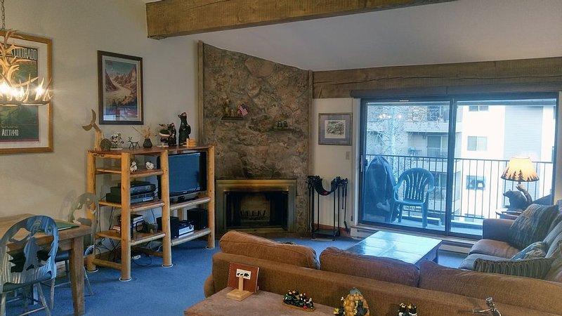 BC West #P-4: Luxury 2BR Condo w/FREE Skier Shuttles, Heated Pool, Hot Tubs, location de vacances à Avon