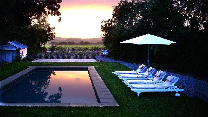 Modern country cottage: swimming pool, privacy, vineyard & 5 min. to Healdsburg, vacation rental in Healdsburg