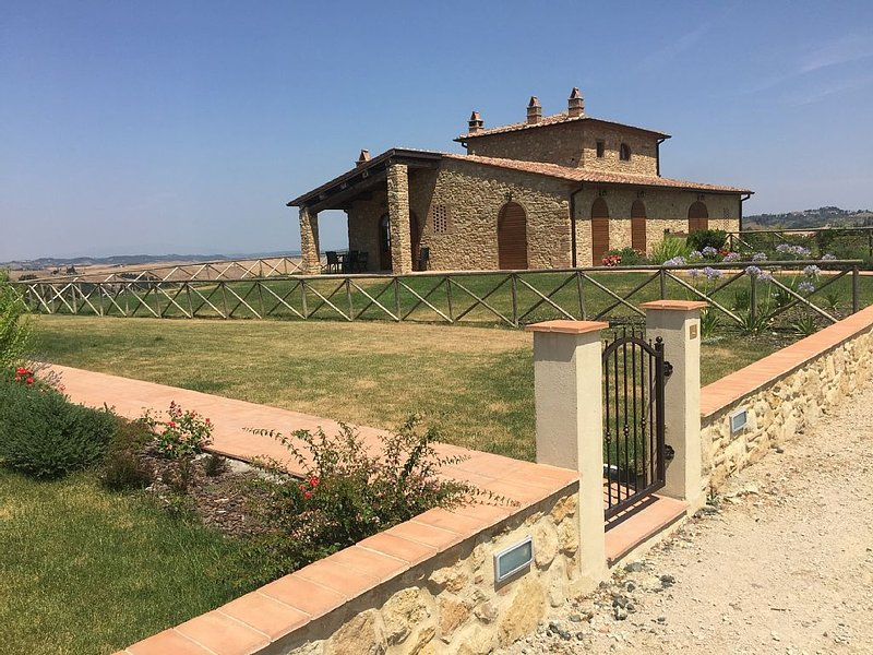Fantastic semi-detached villa with panoramic terrace and pool close to Volterra, holiday rental in Volterra