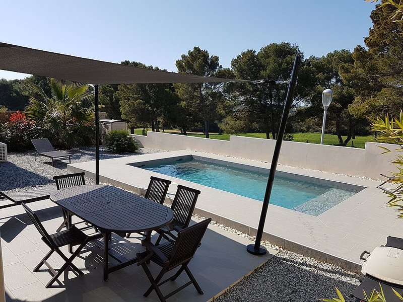 Detached villa located on the Golf du Cap d'Agde with heated pool, holiday rental in Agde