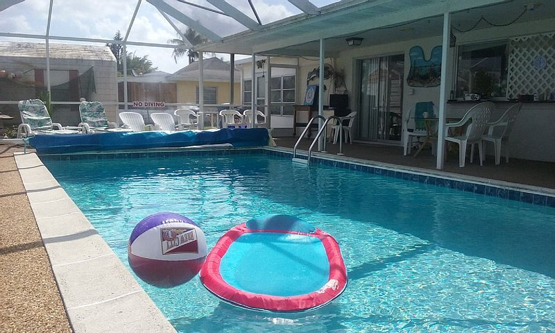 Ft Myers Beach/Sanibel Crossroads Affordable Duplex with heated private Pool, alquiler de vacaciones en Fort Myers