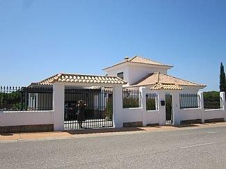 Luxury 5 Bedroom Villa, Set On A Golf Course, holiday rental in Cartaya