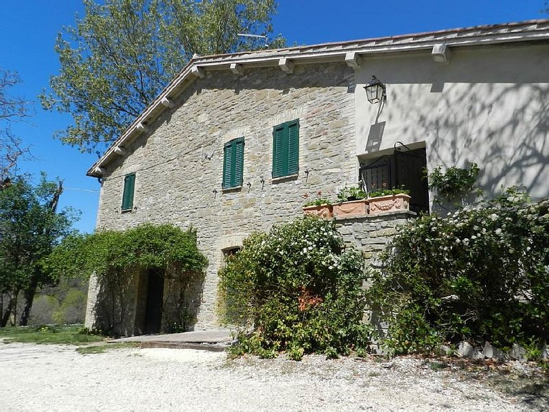 7 km away from Assisi. Antique stone house in the Park of Mount Subasio. There, location de vacances à Assise