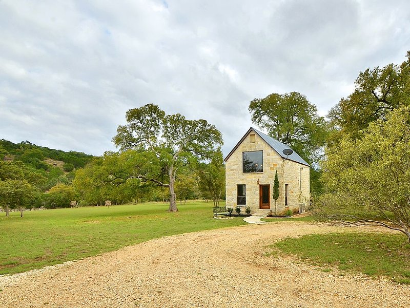 The Cottage By The Creek - 10 beautiful acres with private creek access, vacation rental in Dripping Springs