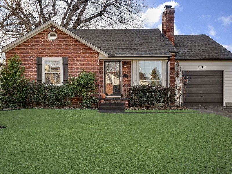 Charming Midtown Home near Fairgrounds/TU/Downtown, holiday rental in Sand Springs