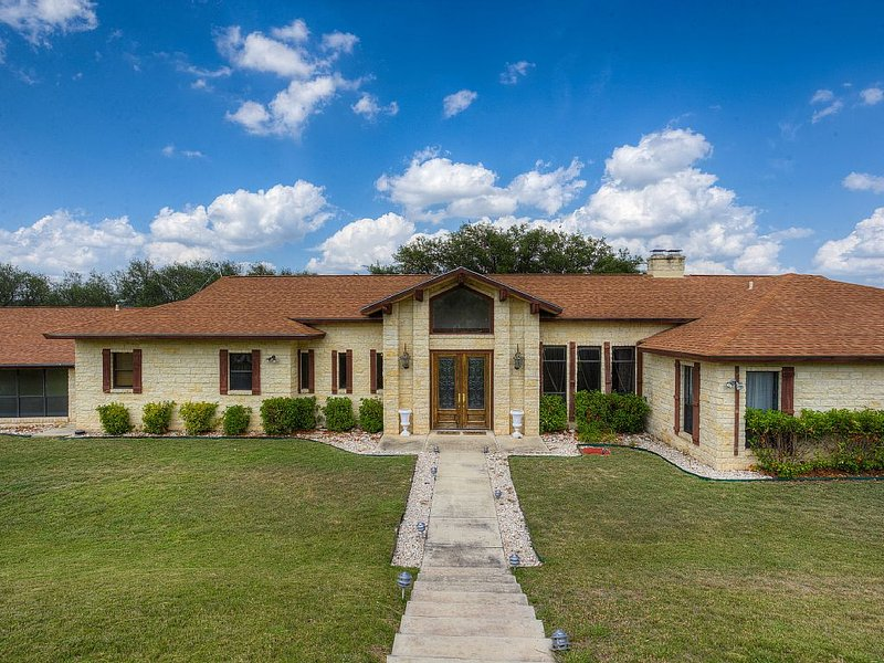 720 Acre Ranch Featuring 6000 Square Foot Spacious Home, casa vacanza a Uvalde