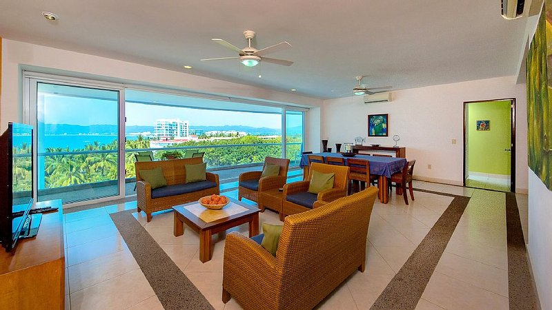Oceanfront Hotel Luxury with Condo Comfort  and Amazing Views, 4 BR, 4.5 Bath, location de vacances à Nuevo Vallarta