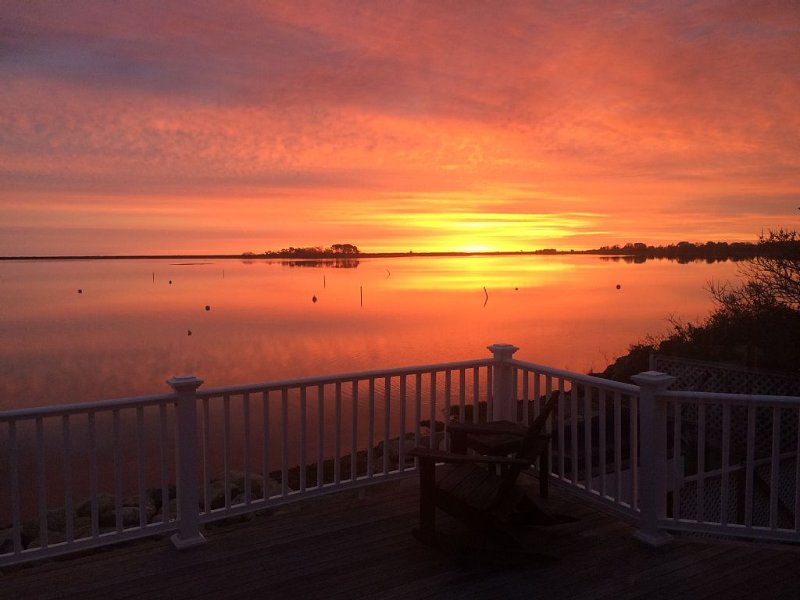 Waterfront Getaway With Beautiful Views Of Sengekontacket Pond, holiday rental in Edgartown