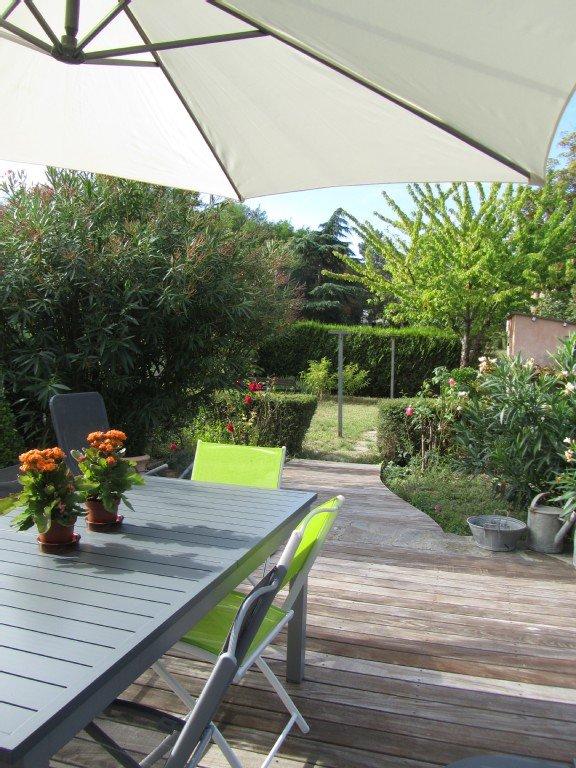 La terrasse et le jardin clos