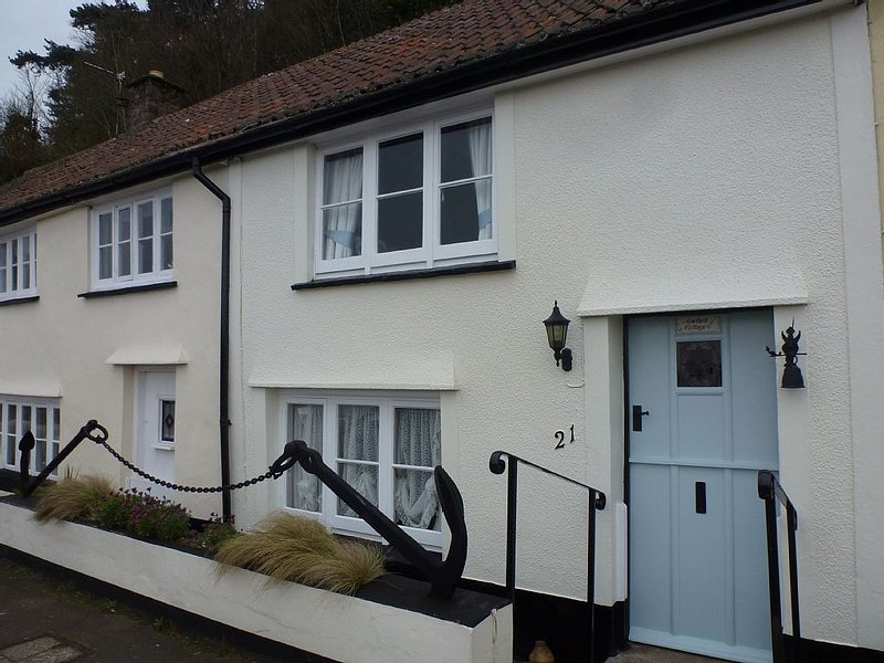 17th C Fisherman's Cottage, quiet Harbour location opposite Beach with Sea Views, vacation rental in Minehead