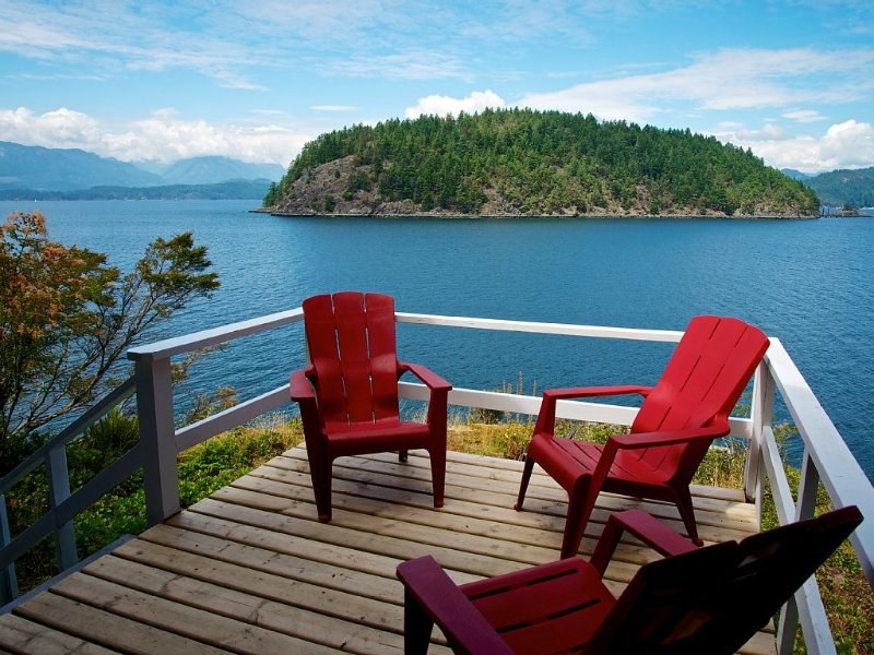 WOOD STOVE~Waterfront~Peacefully Secluded in Nature~PRIVATE SWIMMING BEACH, holiday rental in Britannia Beach