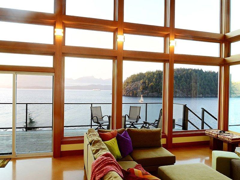 Waterfront~ Private Platinum Green Home~Beach Access~Island & Mtn. Views~Sunny, holiday rental in Britannia Beach