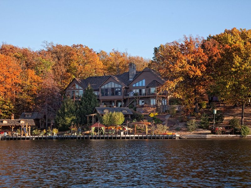Lake Front Retreat and Resort 15 minutes from Crystal Bridges Art/Walmart Museum, casa vacanza a Pineville