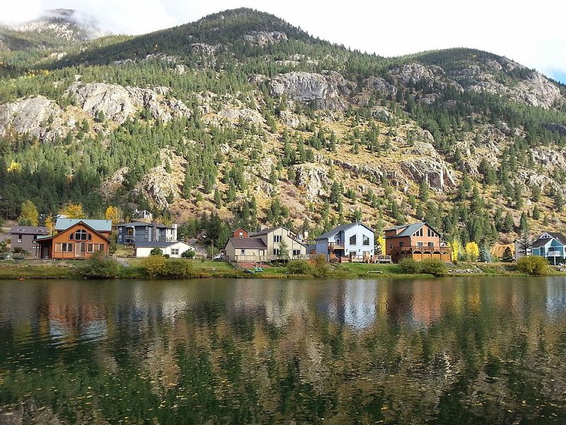 Lakefront - Minutes from Skiing, Guanella Pass, hiking, fishing and boating!, alquiler vacacional en Georgetown
