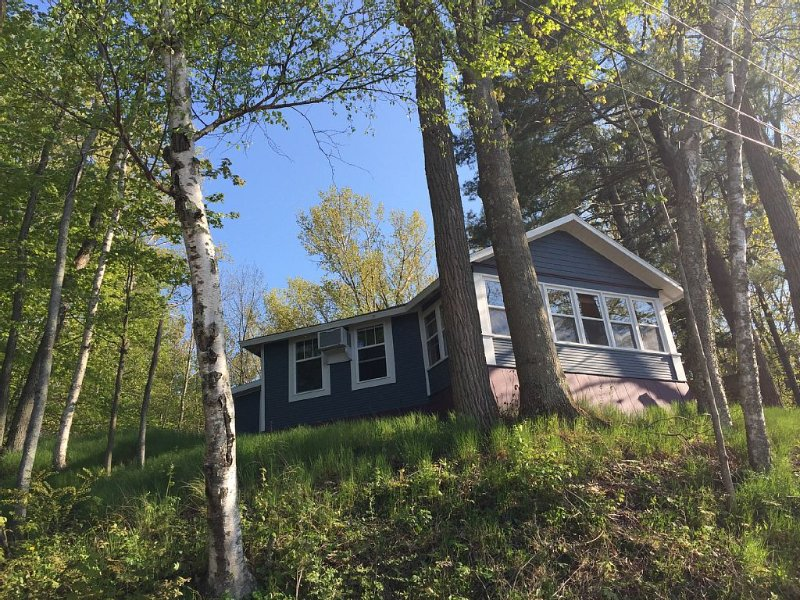 KP's Hilltop Hideaway--Spectacular Lake Views in a Private Setting, vacation rental in Ludington