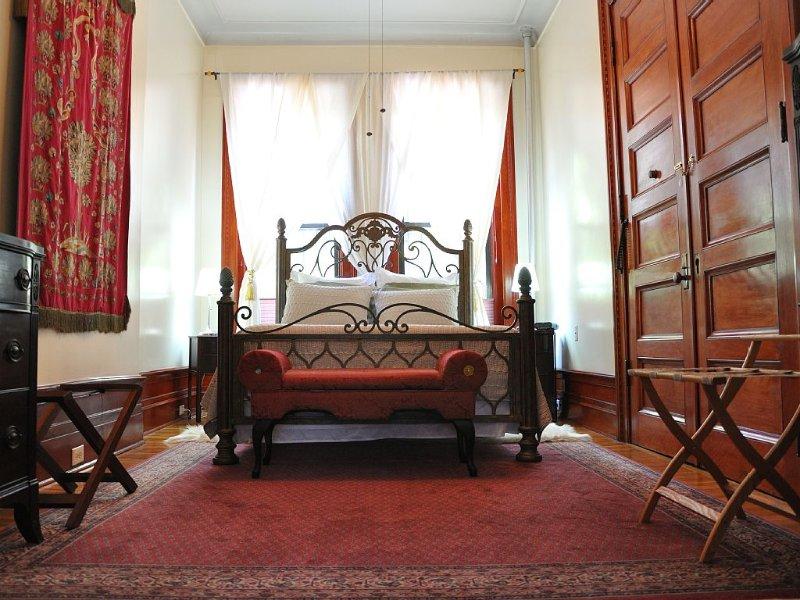 Lita's - Spectacular Sun-filled Parlor 1 Bedroom Suite in Harlem Landmark Area, vacation rental in New York City