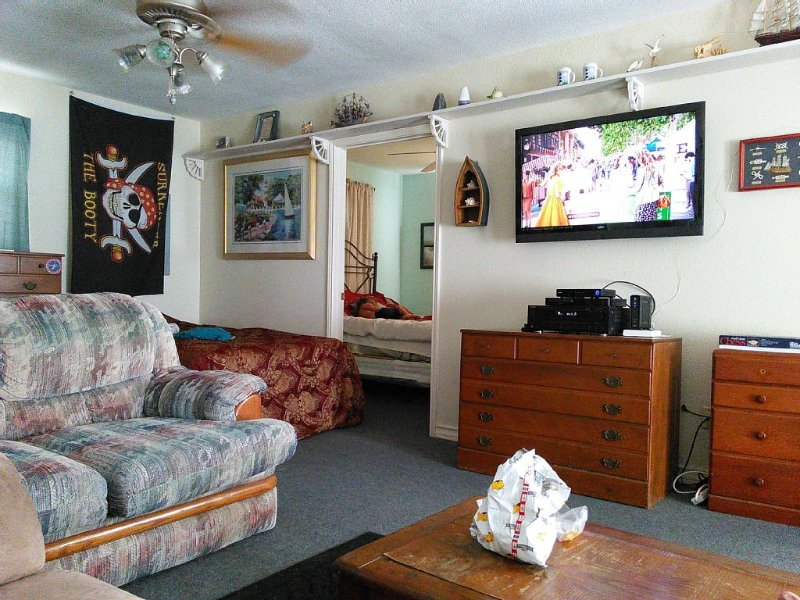 On The water, away from the noise. Wheelchair ramp. Minutes from Galveston., holiday rental in Bayou Vista
