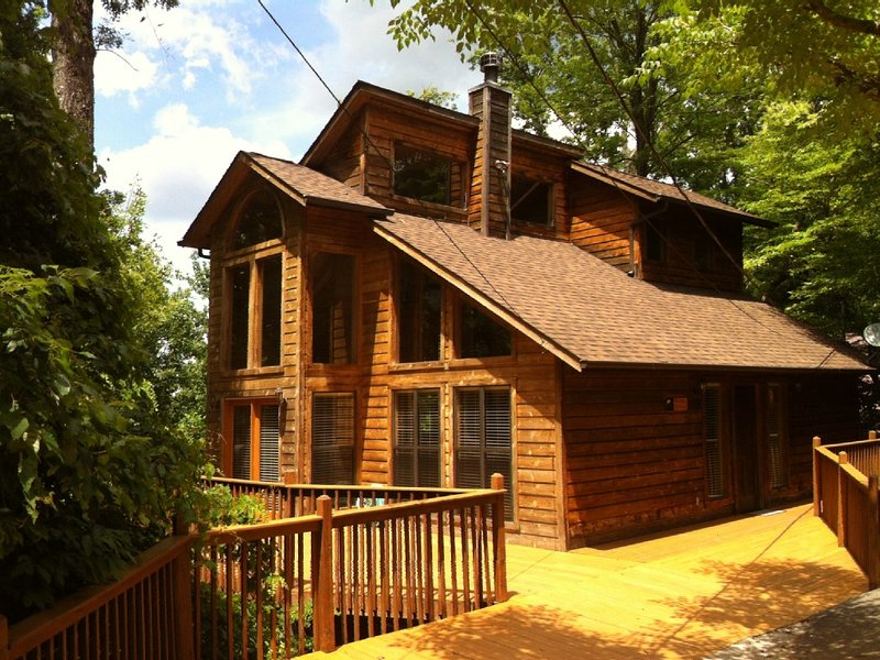 Relaxing Cabin! Great Mountain Views! Centrally Located! Awesome Deck! Hot Tub, vakantiewoning in Sevierville
