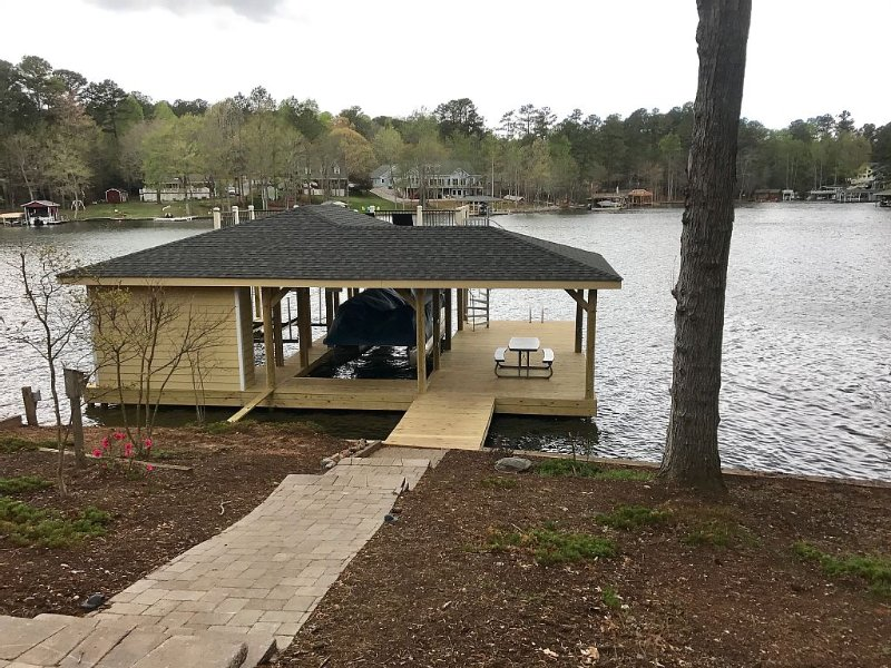 LAKE HOUSE AND PONTOON BOAT IN BEAUTIFUL POE CREEK COVE AT LAKE GASTON, vacation rental in Gaston