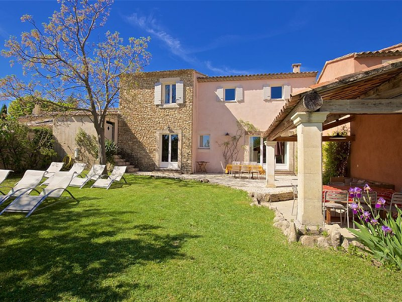 Pretty village house with 4 bedrooms, 3 bathrooms, and a pool, aluguéis de temporada em Gordes
