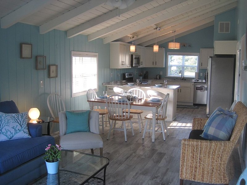 Family Time!!! 2nd Street from Beach Home - Newly Renovated & So Cute - Sleeps 6, location de vacances à Oak Island