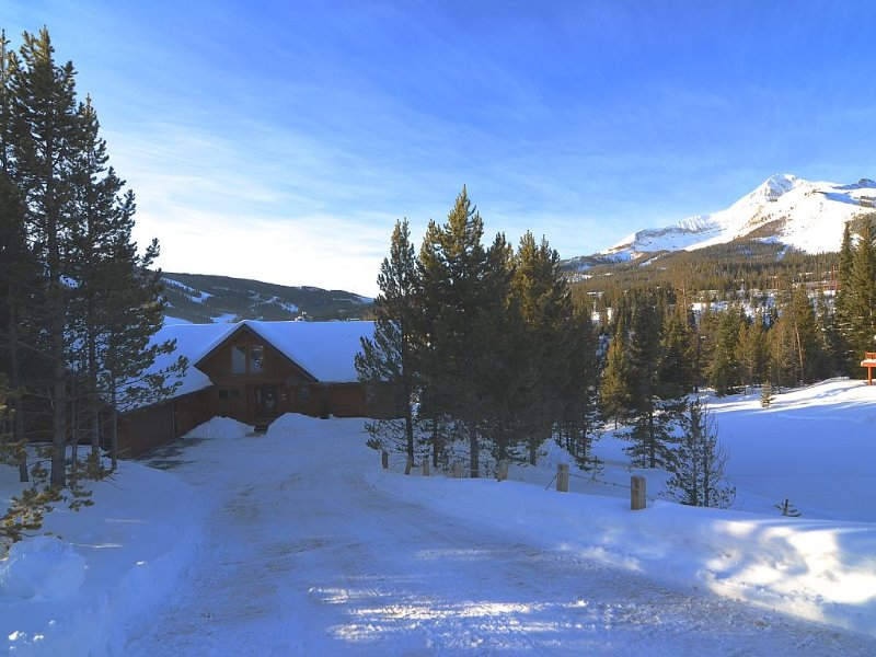 Ski In/Ski Out (almost) Spacious home with Hot Tub, holiday rental in Big Sky